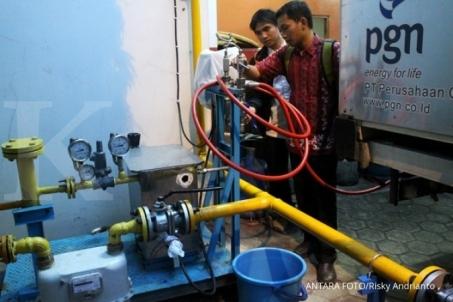 Petugas Perusahaan Gas Negara (PGN) Pondok Ungu melakukan pengecekan mesin